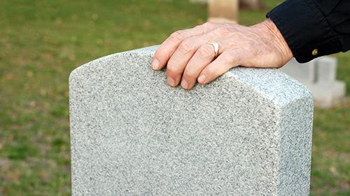 Abbildung Hand auf Grabstein